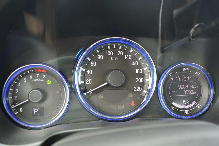 儀表上有節能導引駕駛模式顯示,以綠色燈環導引駕駛節能開車。