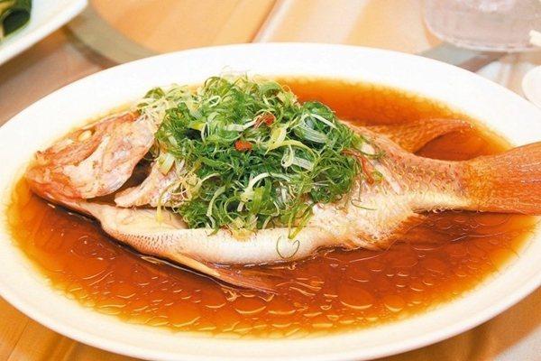 溫泉會館中餐廳「XO醬蝦球」、「蔥洋海上鮮」。 記者黃寅/攝影
