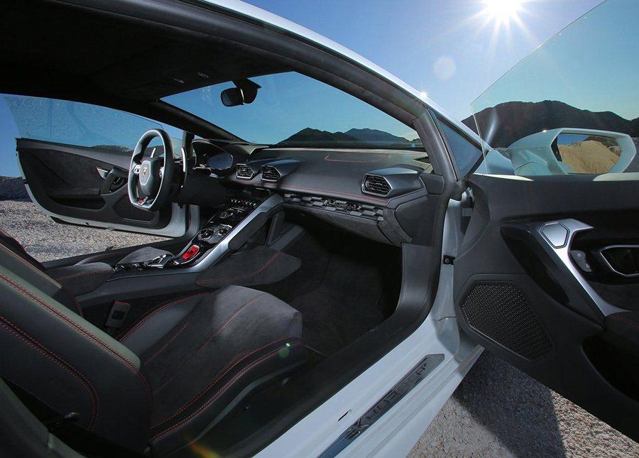 超跑的車體設計就與一般轎車不同,為了達到更好的空氣力設計與更優異的操控性能,超跑的車身都會比較低,而且寬。 Lamborghini提供