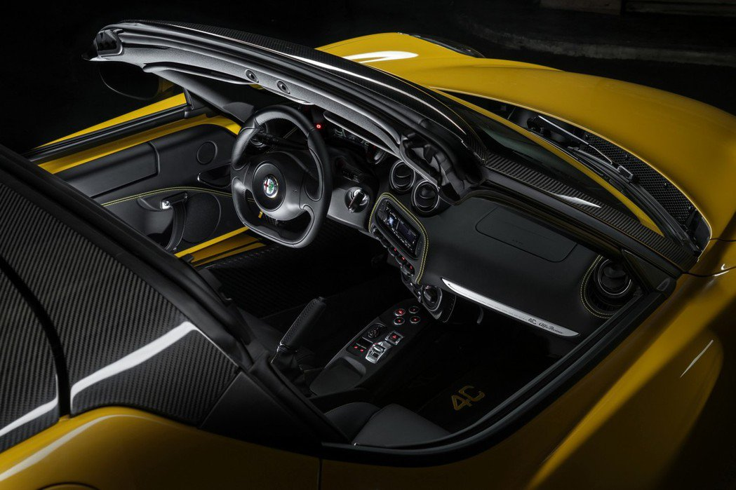 4C和4C Spider原廠均提供碳纖維內裝套件組讓玩家選配。 摘自Alfa Romeo.com
