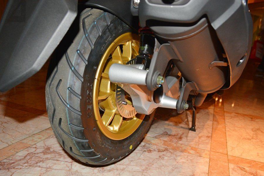 BON 125 ABS,騎士同時使用前煞車與後煞車時,也可以透過前煞車液壓控制,達到穩定車身的效果。利用16bit的小型控制系統,並透過前後輪速感測器,同時監控前後輪速狀況,來達到最佳的前輪ABS煞車控制。