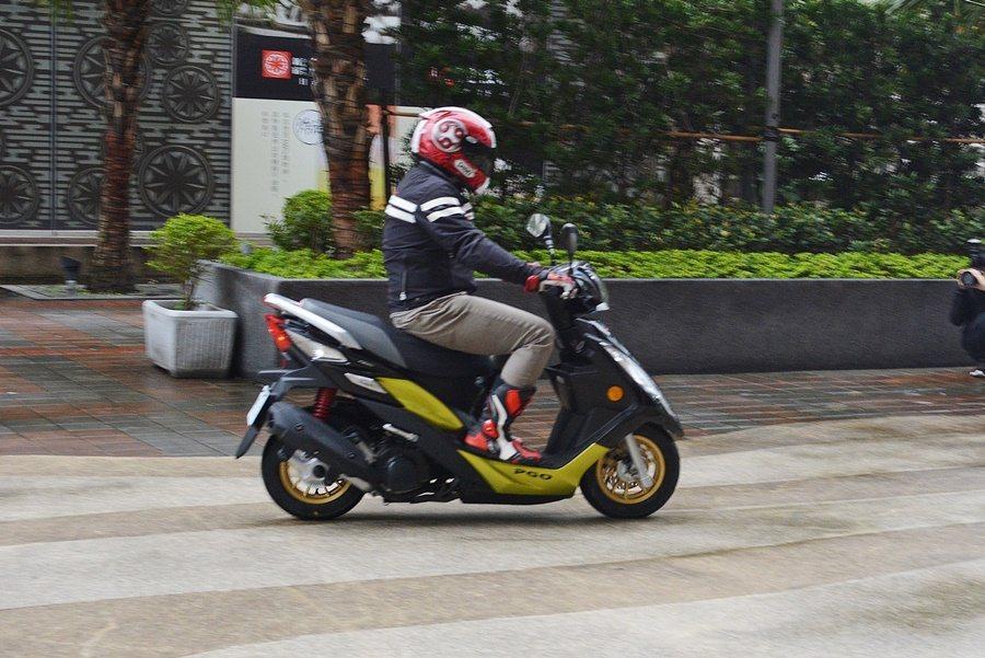 ABS能防車子在濕滑路面上打滑、失控及摔車,並可縮短煞停距離。