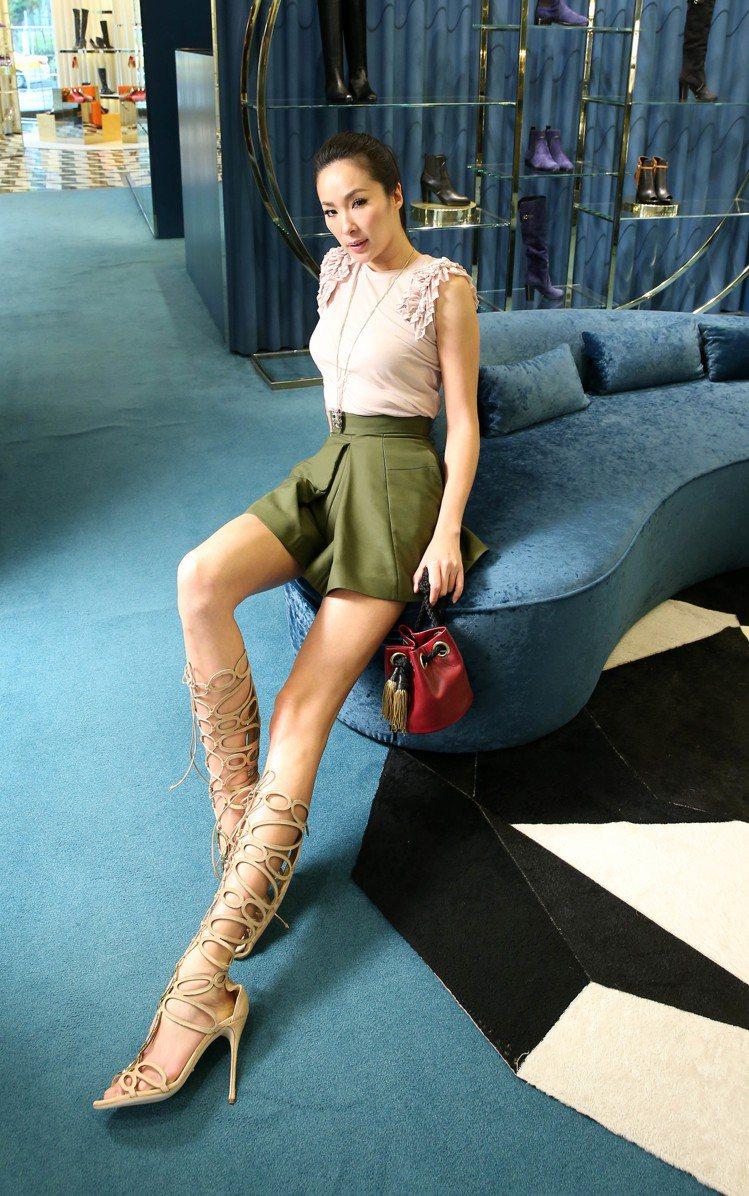 Alexander MaQueen立體荷葉袖背心17,000元、壓褶褲裙41,3...