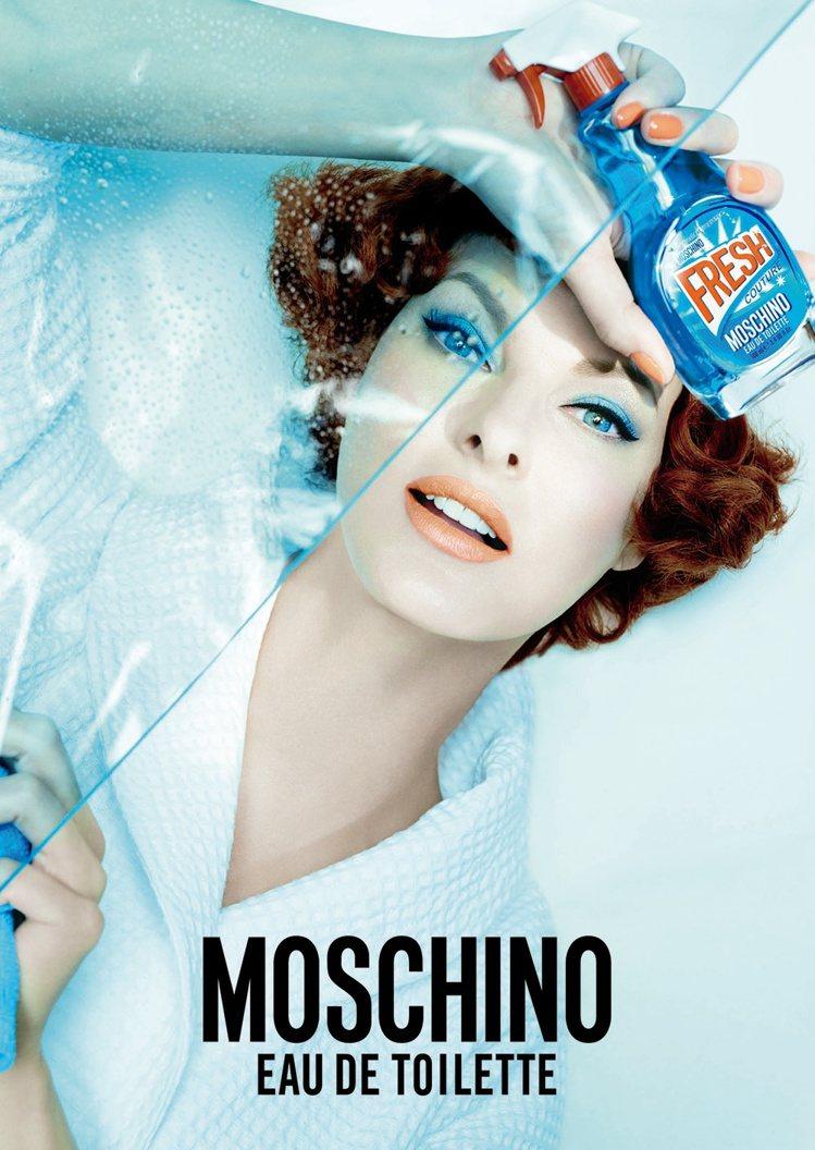 廣告也請到重量級傳奇超模 Linda Evangelista 化身五○年代家庭主...