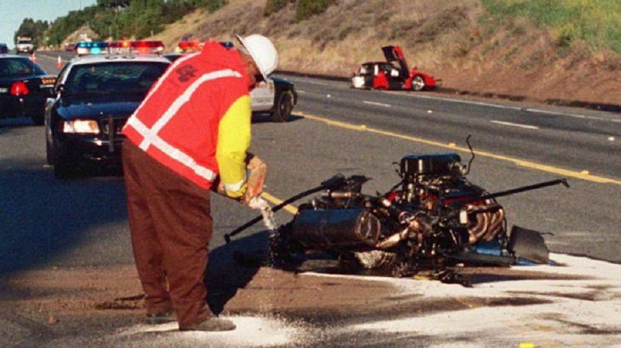事故發生當時整輛車攔腰折斷,引擎脫開。 摘自autoblog.com