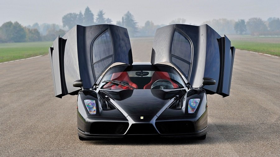 一台經過撞毀修復過後黑色的Ferrari Enzo準備進行拍賣。 摘自autoblog.com