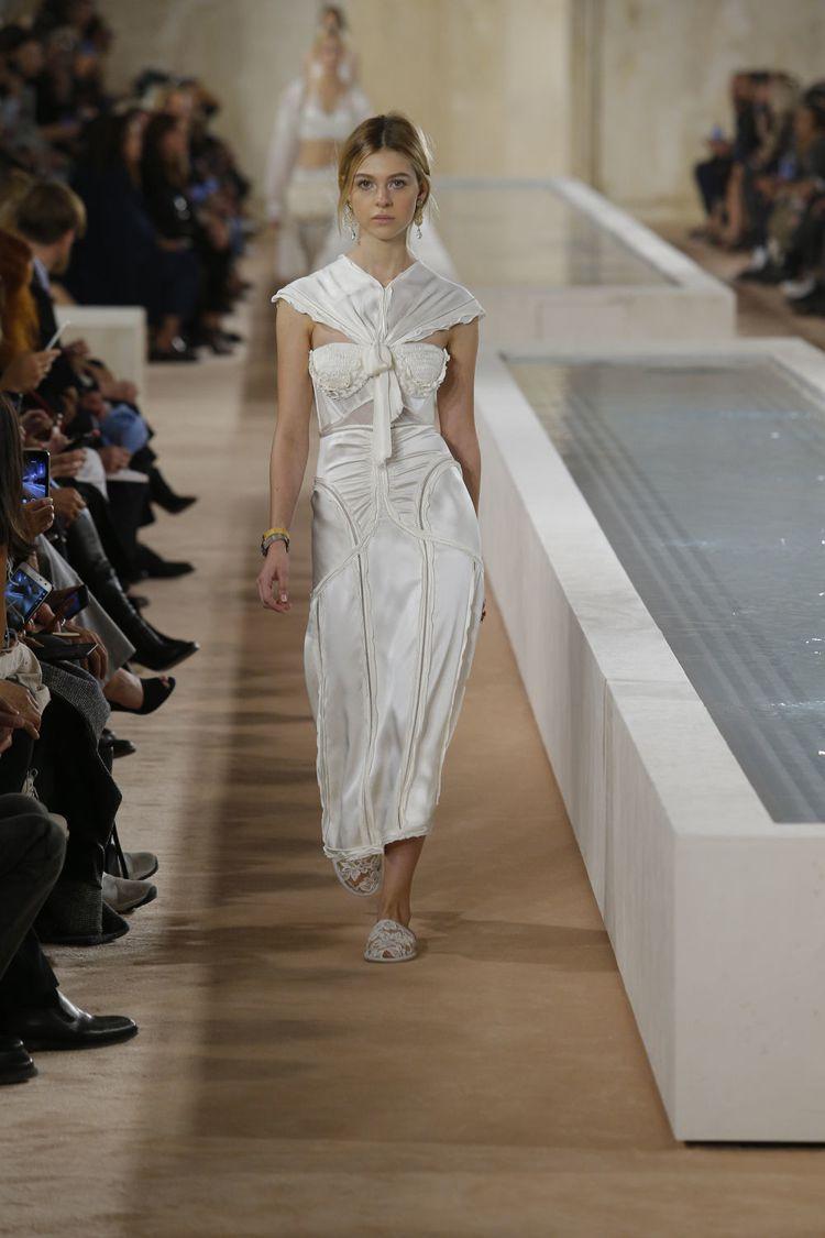 王大仁告別Balenciaga的服裝秀,從頭到尾一逕的白,伸展台則是兩個長方形水...
