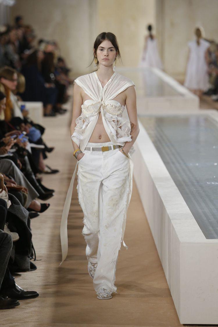 王大仁告別Balenciaga的服裝秀,從頭到尾一逕的白,伸展台則有兩個長方形水...