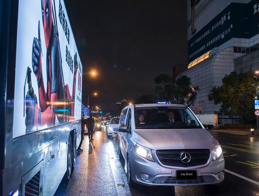Mercedes-Benz Vito Tourer 提供萊恩雷諾斯舒適的移動環境,讓其所有隨行團隊可完全放鬆享受。 賓士提供