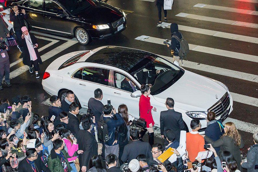 好萊塢當紅影星萊恩雷諾斯來台宣傳《惡棍英雄:死侍》,台灣賓士派出豪華旗艦 Mercedes-Maybach S 600 與頂級商旅 Vito Tourer全程禮遇。 賓士提供