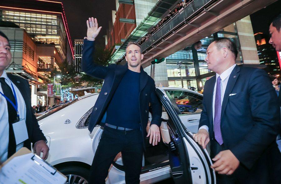 萊恩雷諾斯從 Mercedes-Maybach S 600 後座帥氣登場,踏上星光大道紅毯,一路迎接影迷們的熱列歡迎。 賓士提供