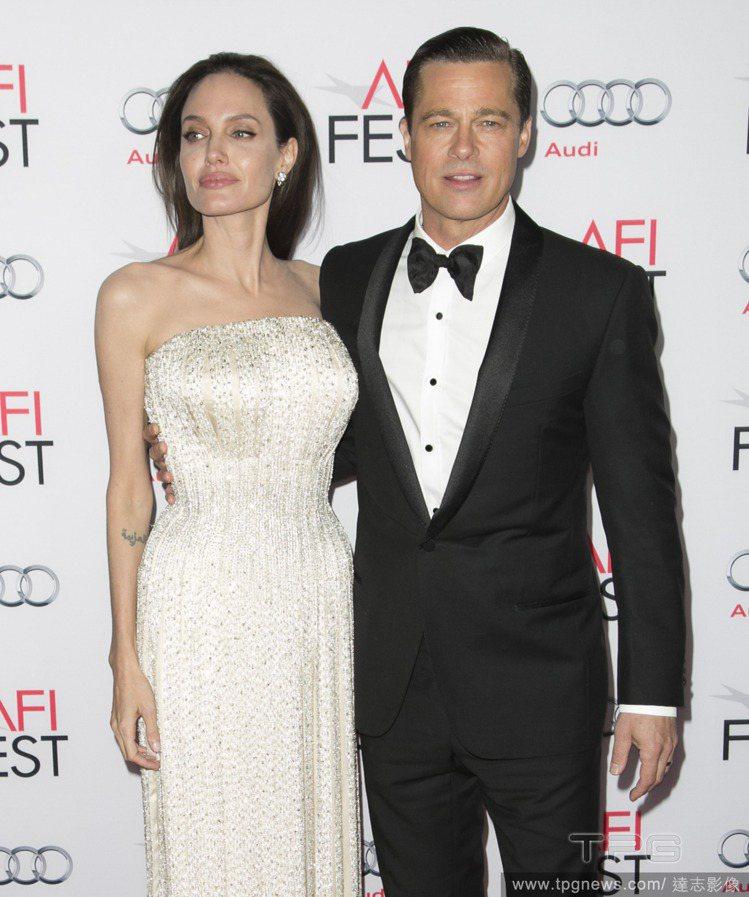 好萊塢女星安潔莉娜裘莉,穿上白色長禮服巨星氣勢十足。圖/達志影像