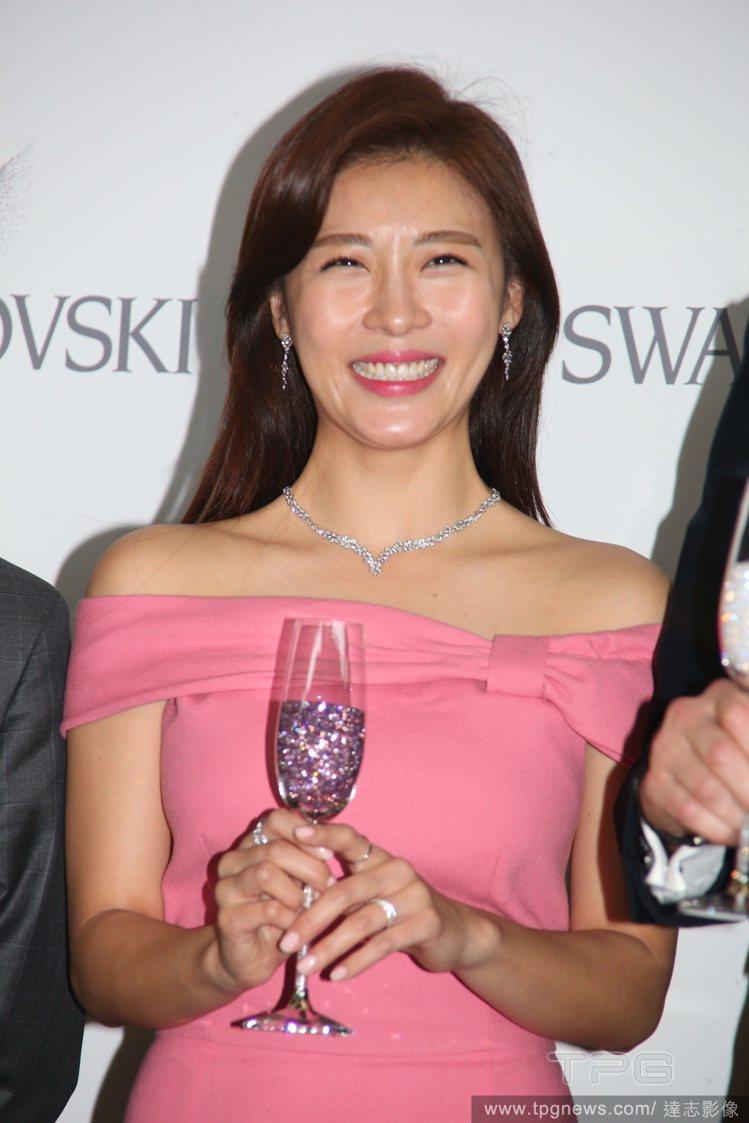 韓國收視女王河智苑,穿上粉色禮服後看起來笑瞇瞇的好溫柔。圖/達志影像