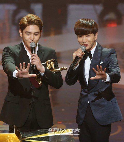 做為韓流中老字號男團代表之一的 Super Junior,成團多年成員間感情相當好。在昨晚的「金唱片」頒獎典禮上,SJ獲得唱片部門「本賞」,成員強仁代表團隊上台領獎時,提及了同隊成員,同時也是該典禮...