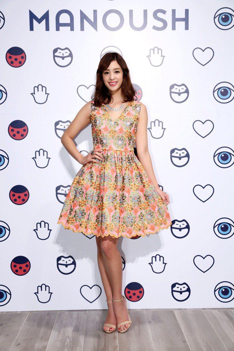品牌經典的精緻刺繡洋裝,裙擺以抓皺的立體版型,刻意將腰線向上提拉,讓體態看起來更...