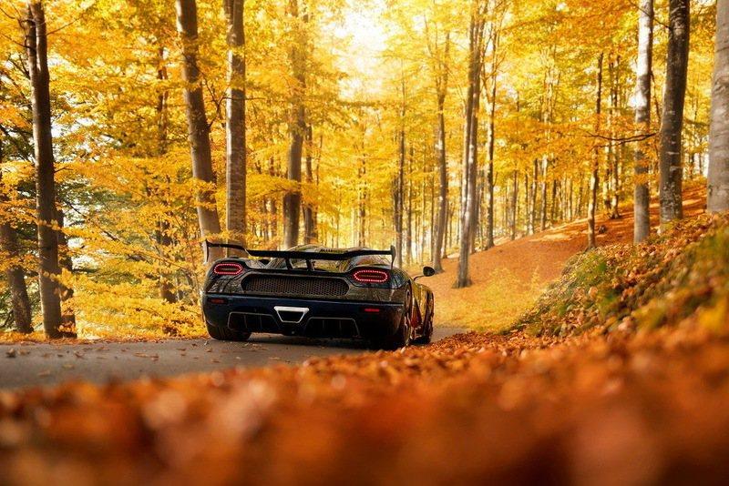 加入One:1部分的車身空力套件,搭配專屬的大型尾翼,車速達200km/h可產生485公斤的下壓力。 摘自Koenigsegg.com