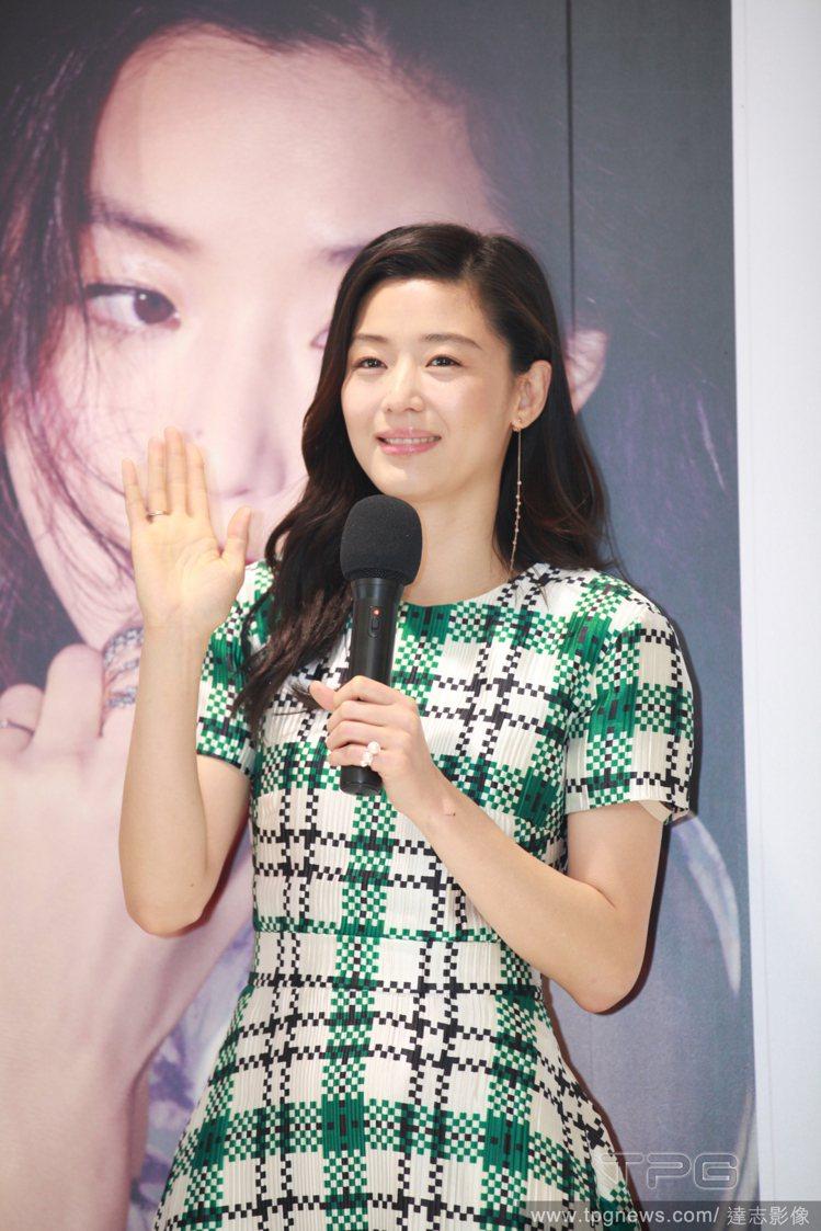 韓國女星全智賢,身穿格子裙知性優雅出席活動。圖/達志影像