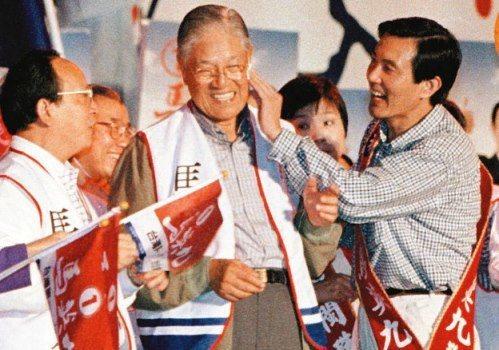 1998年,李登輝替馬英九助選時,高舉馬的雙手說他是「新台灣人」,馬英九也替李登...