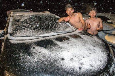 新北坪林降雪,賞雪客high到打赤膊。 記者鄭清元/攝影