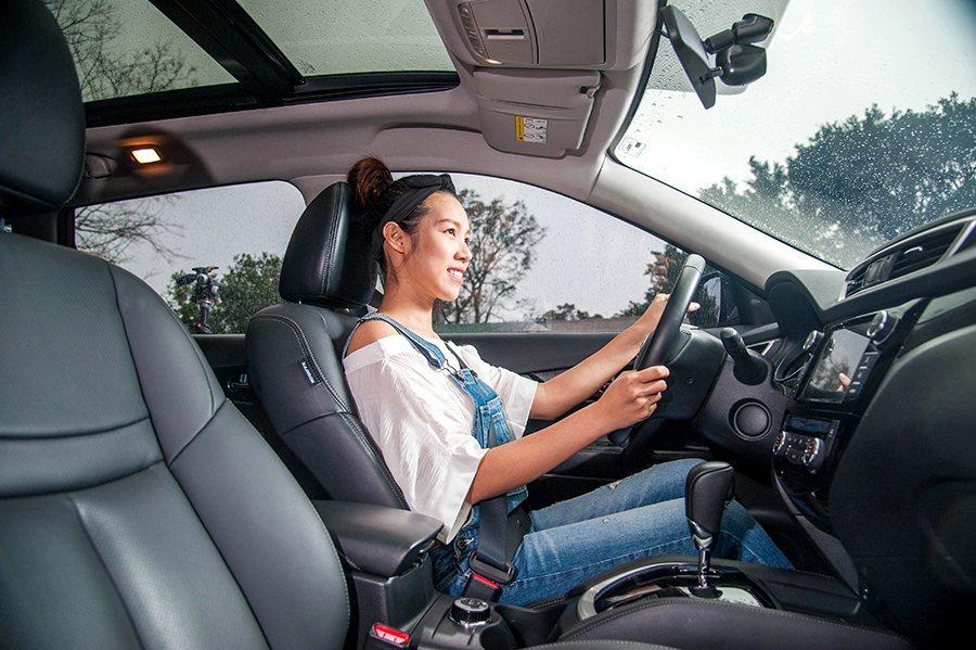 高於一般轎車的座椅高度以及寬廣清晰的360度視線,大幅降低了心中對於駕駛休旅車的恐懼。 Arthur Wang/攝影