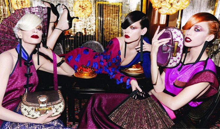 LV 2011 春夏可以說是中國風大爆發,從服飾配件甚至到妝髮,全都看得見集豔麗...