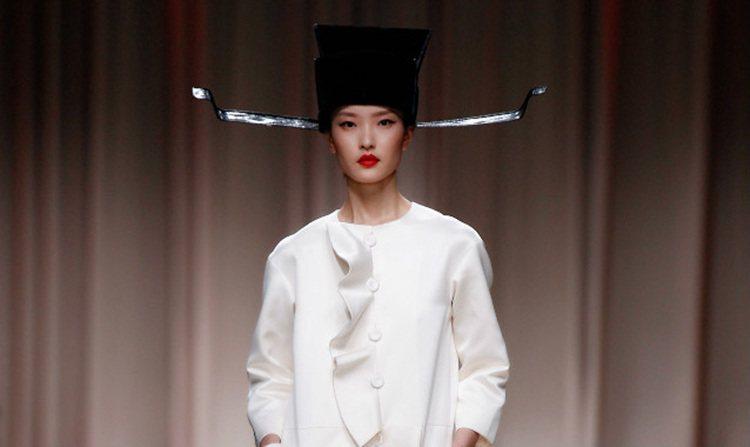 Moschino 2014 早春上海秀中,超模杜鵑頭戴烏紗帽出場,雖然和身上的白...