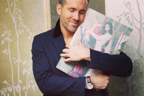 電影《惡棍英雄:死侍》主角萊恩雷諾斯在IG曝光一張他緊抱著《HIGH CUT》雜誌,閉眼甜笑,一副很享受的樣子。仔細一看,雜誌封面正是泫雅,而另一位抱著泫雅,頭還靠在泫雅胸上的人,不正是「死侍」嗎?...
