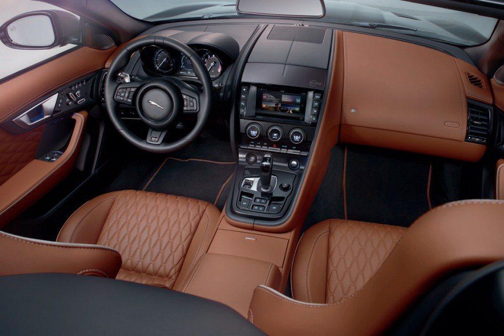 內裝採用運動型方向盤,同時也保有Jaguar英式的豪華風。 摘自Jaguar.com