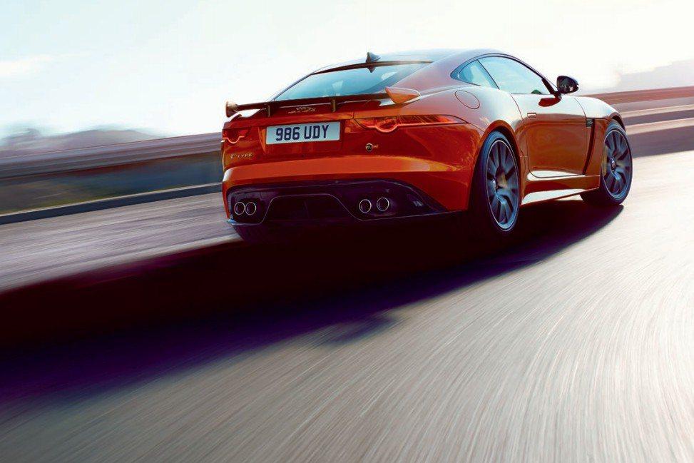 F-Type SVR搭載5.0升V8機械增壓引擎,經過SVR重新調校後,最大馬力可達575hp。 摘自Jaguar.com