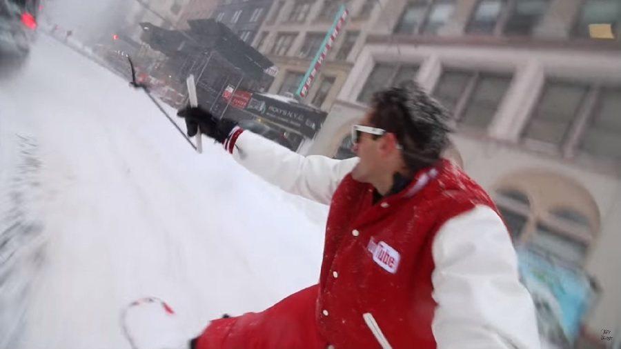 影片拍攝者請出一台裝上雪鍊的Jeep拖著他們在紐約市區等雪地街道中滑行。 截自Casey Neistat影片