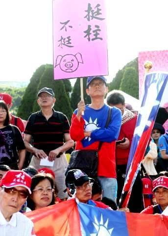 民眾在國民黨黨部抗議「換柱」/聯合報系資料照