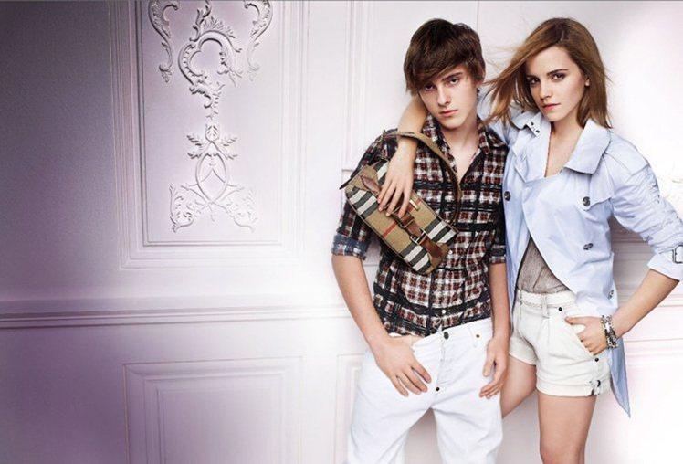 2010 年艾瑪華森再度登上 BURBERRY 廣告,弟弟艾力克斯也一同入鏡,姊...