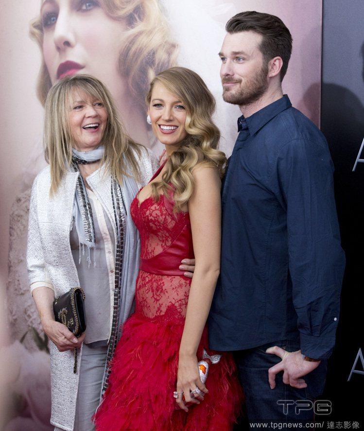 艾瑞克萊佛莉(右)陪妹妹和媽媽一起出席電影首映。圖/達志影像