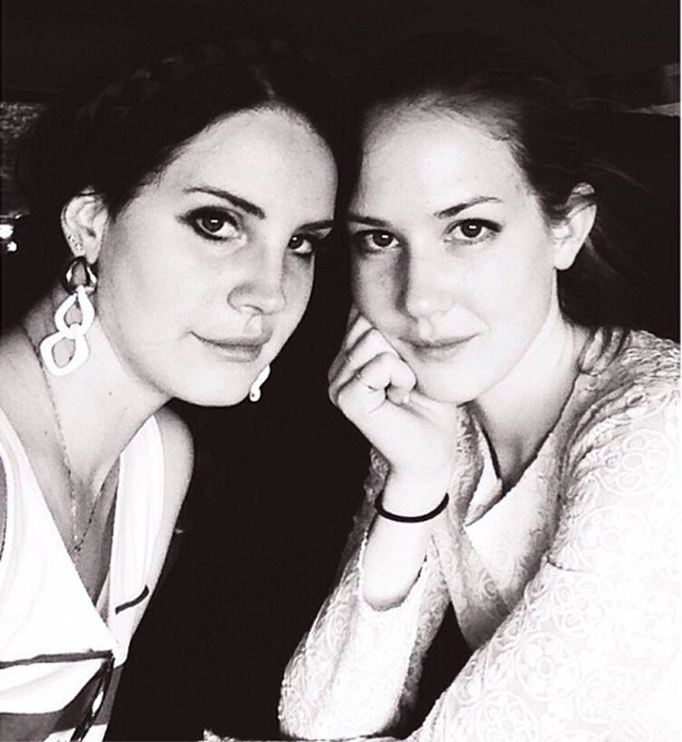 Lane Del Rey和妹妹Chuck Grant。圖/擷自fashionns...