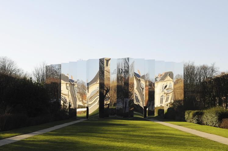 Dior高訂於巴黎羅丹美術館打造一座鏡宮。圖/Dior提供