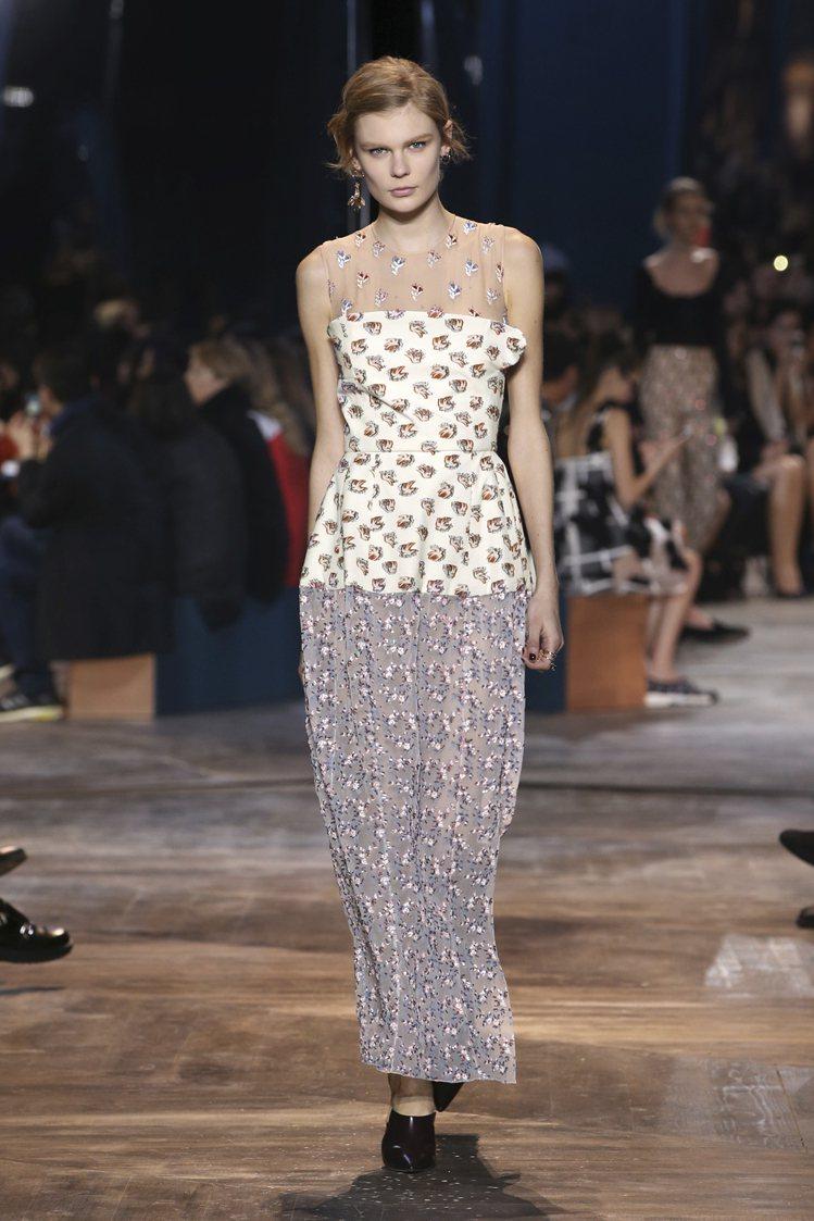 解放裙裝剪裁,隨著不同的穿著方式改變服貼或寬鬆體型。圖/Dior提供