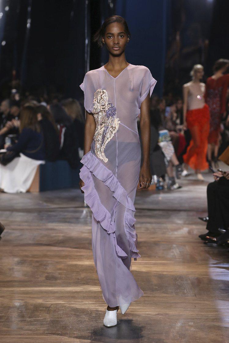 柔美的摺紋加上耀眼刺繡,展現Doir工坊的工藝。圖/Dior提供