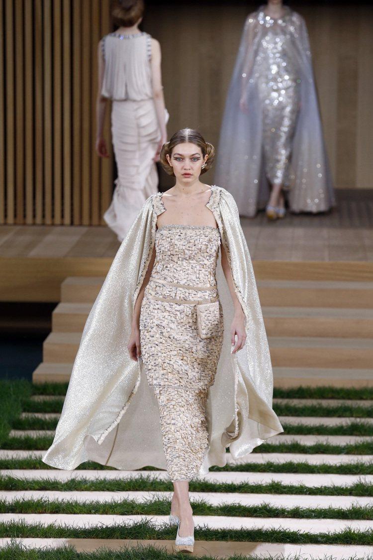 性感的透明網紗蕾絲禮服。圖/美聯社