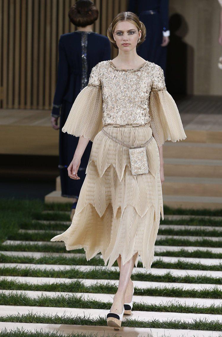 香奈兒晚禮服以金色編織或融入刺繡,光芒耀眼。圖/歐新社