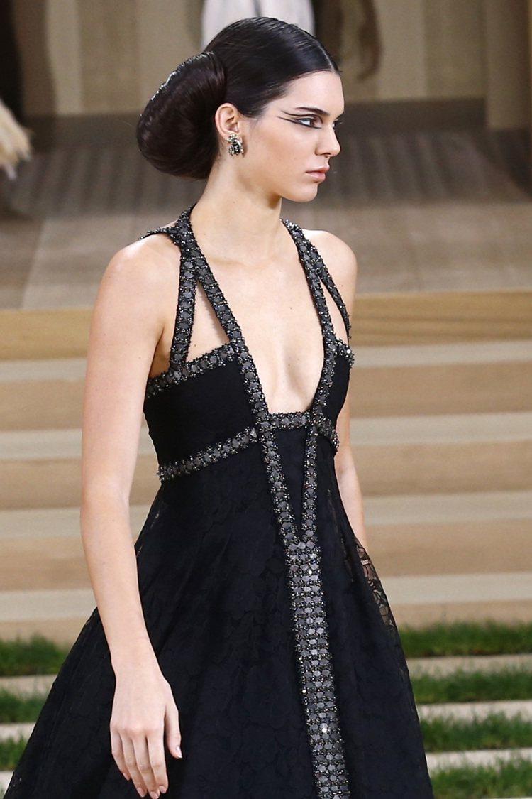 名模Kendall Jenner穿黑色晚裝,裝飾繁星點點。圖/美聯社