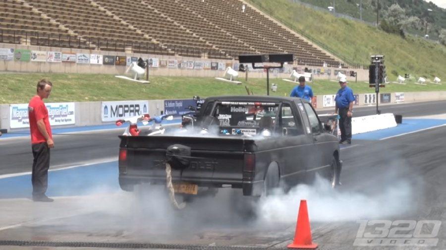 一輛車身加長的貨卡在加速比賽中竟可以快過GT-R! 截自1320video影片