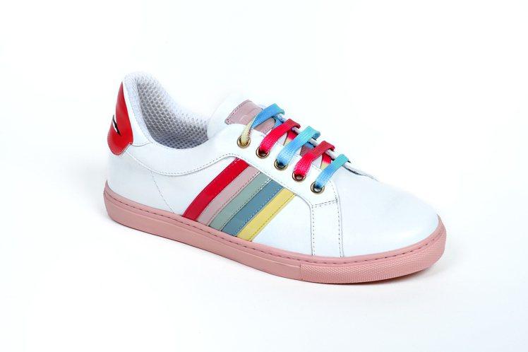 春節假期最適合上山呼吸新鮮空氣,踩上彩紅小白鞋,讓妳的春天很彩色!圖/REDVa...