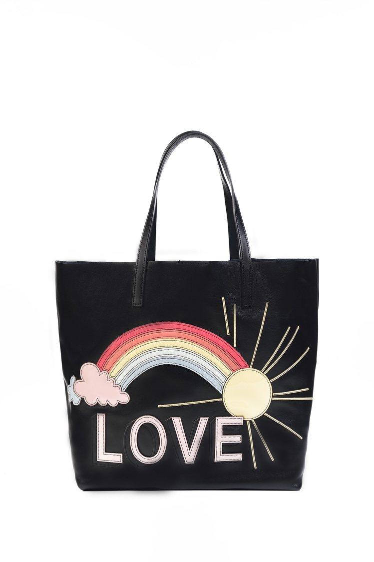 陽光、雲朵、彩虹和LOVE,將充滿歡樂元素的托特包背上身帶著走,象徵新的一年都有...