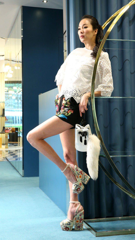 CANCUN繡花粗跟涼鞋54,600元。圖/sergio rossi春夏系列