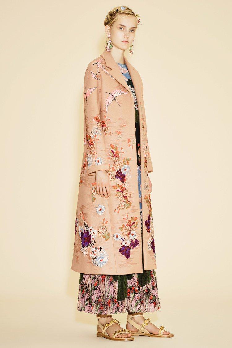 誰說過年一定要一身紅?這種花鳥刺繡的長版大衣,年味十足之外還很春天!圖/VALE...