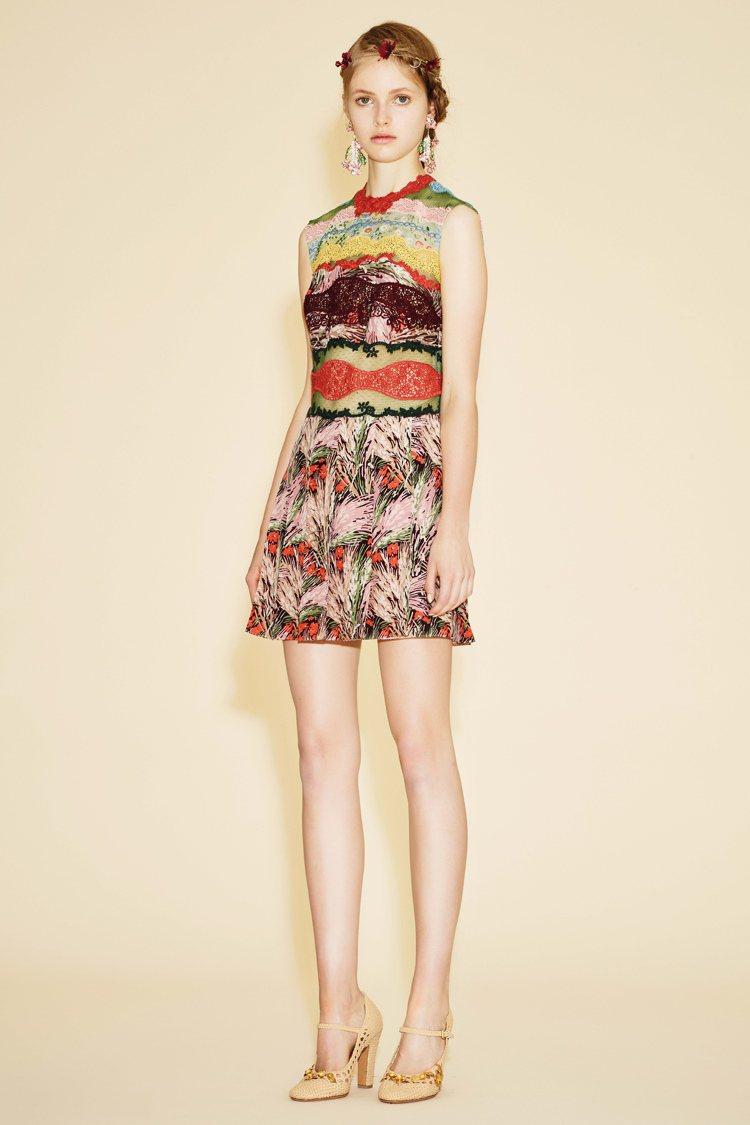 蕾絲拼接的花草圖樣連身裙,活潑的構圖卻搭配比起大紅色來更加沉穩的暗橘色調,80%...