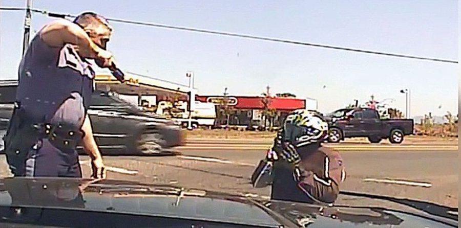 有機會到美國騎乘重機或是開車的朋友,千萬記得要遵守交通規則。 裁自AJ+影片