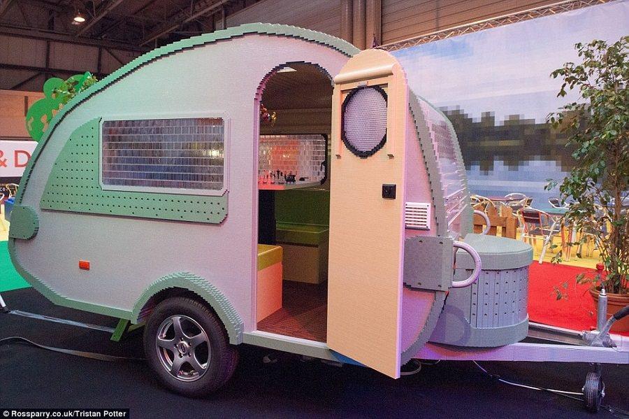 拖著獲得金氏世界紀錄的樂高露營車趴趴走,會是一件引人注目的事。 摘自Dailymail.co.uk