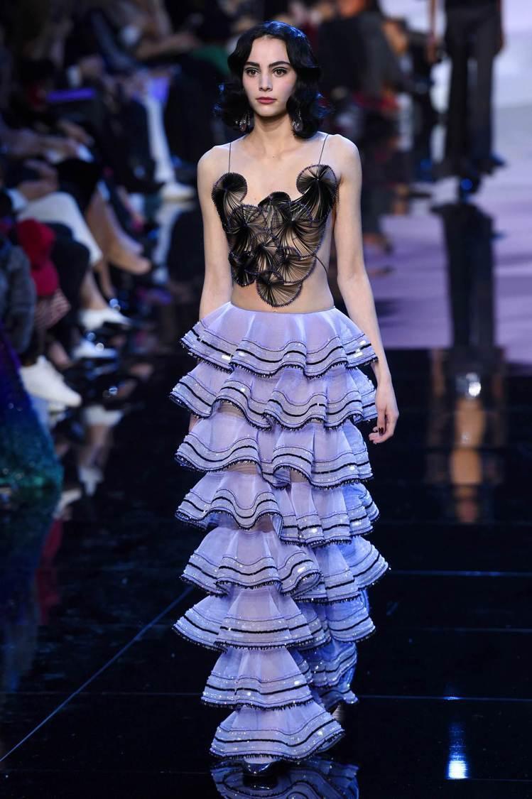 亞曼尼層疊的波浪狀紗裙浪漫又不失立體感。(法新社)
