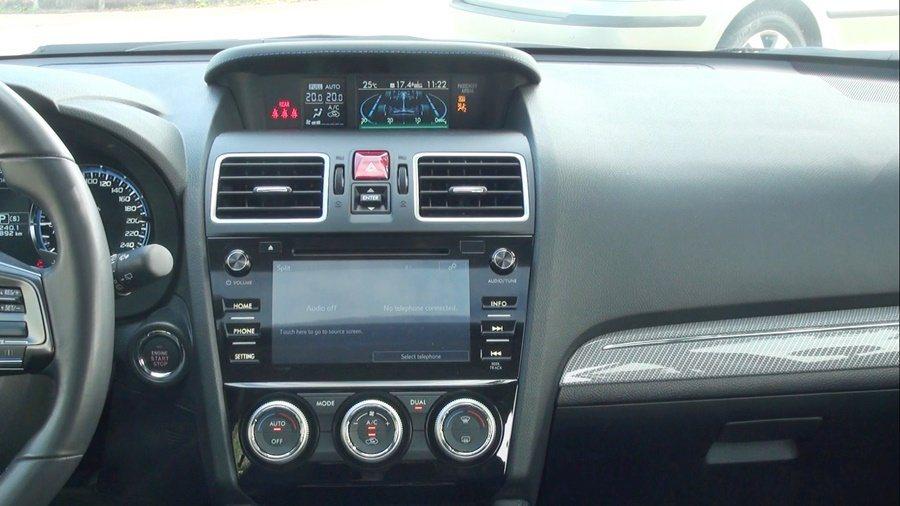 中控台上有4.3吋行車資訊顯示螢幕和中控台6.2吋LCD多點觸控螢幕,都是標配。